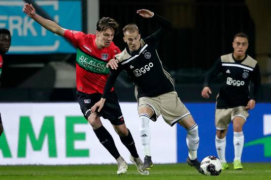 NEC-verdediger Josef Kvida (links).