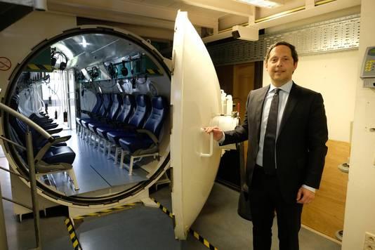 Professor Olivier Vanderveken aan de zuurstoftank, waar slachtoffers met gehoorschade behandeld worden.