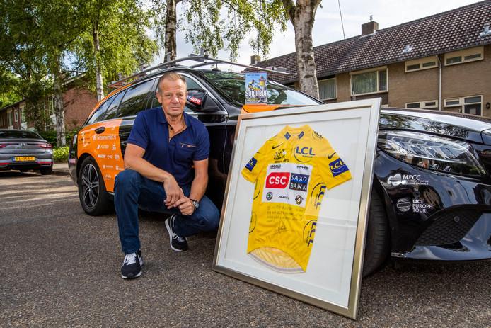 Soigneur Geert van Diepen uit Geldrop met de gesigneerde gele trui van Tourwinnaar Carlos Sastre