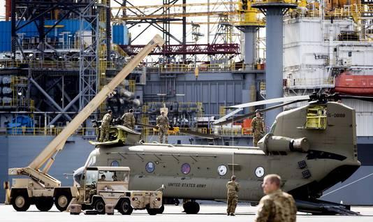 Maar liefst 60 Amerikaanse helikopters en 1100 containers met materieel en voertuigen zijn aangekomen in Rotterdamse haven. Ze zijn op doorreis naar Duitsland.