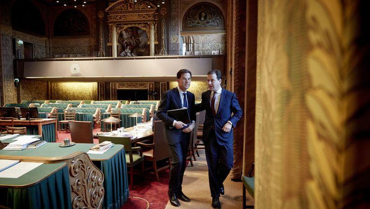 Minister van Sociale Zaken en Werkgelegenheid Lodewijk Asscher (R) en premier Mark Rutte tijdens een schorsing in de Algemene Politieke Beschouwingen in de Eerste Kamer. Beeld anp