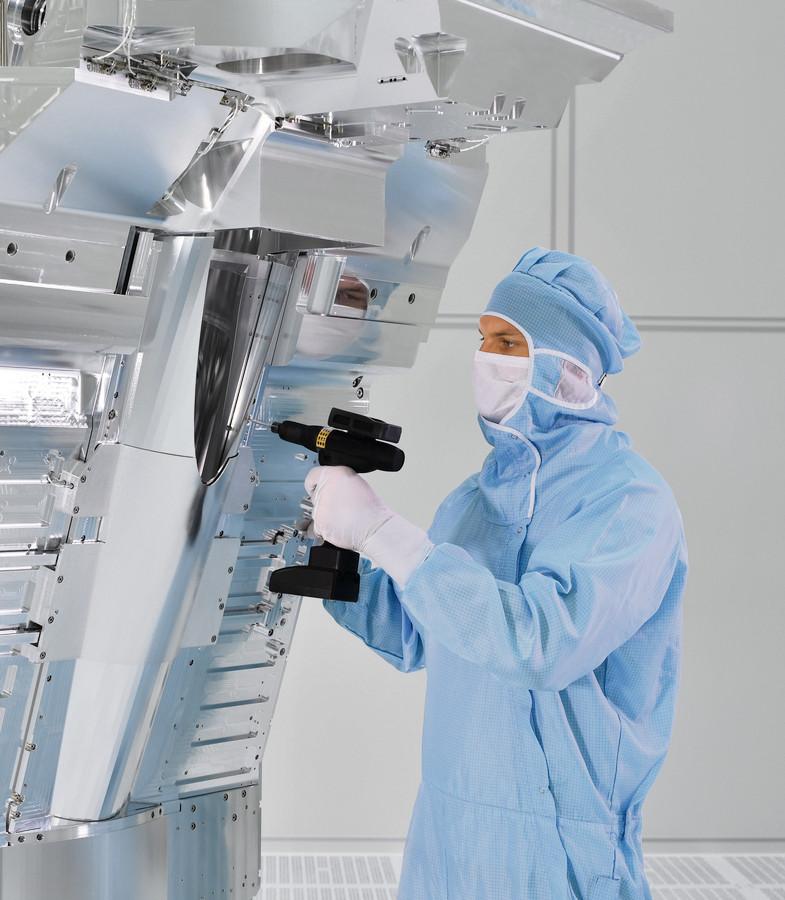 Een werknemer van Carl Zeiss SMT monteert een spiegelset voor een EUV-machine van ASML.