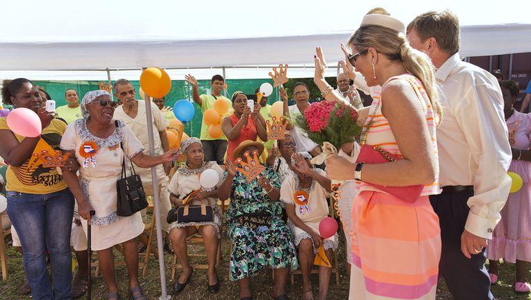 Koning Willem-Alexander en koningin Maxima worden ontvangen bij ouderenorganisatie Cocari op Bonaire Beeld anp
