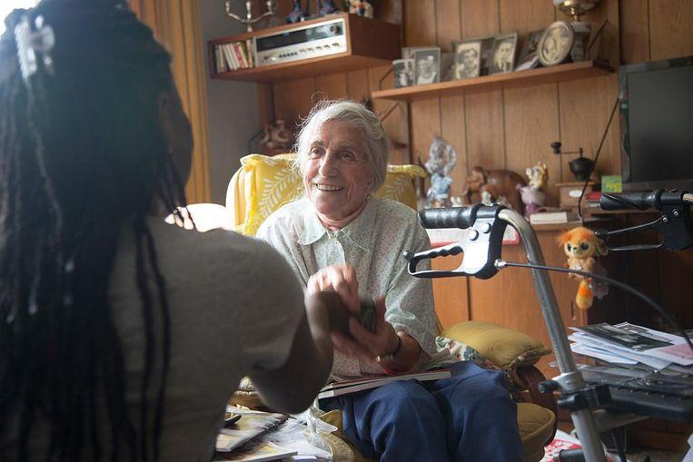 Een van de buurtinitiatieven is Oorlog in mijn Buurt, waar ouderen oorlogsverhalen doorgeven aan kinderen Beeld Katrien Mulder