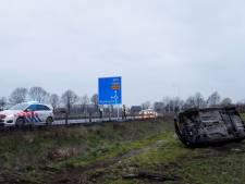 Auto raakt van de weg en belandt in weiland