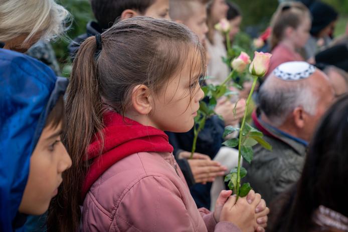 Wachten voor de bloemlegging voor het gedenkteken in Elden.
