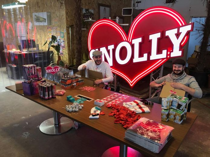 De noeste arbeiders van Disco Snolly vullen het ene na het andere pakket. Aan boord onder meer een discolamp, plaat, flesjes Jägermeister en ijsfonteinen.