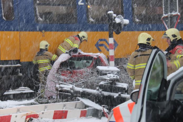 Auto botst op trein in Velp.