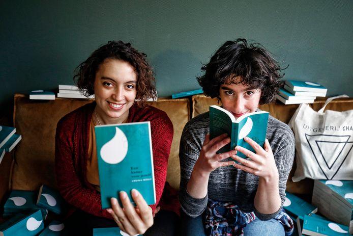 Yael van der Wouden (R) en Thalia Ostendorf hebben een uitgeverij (Chaos) voor boeken met vrouwenonderwerpen.