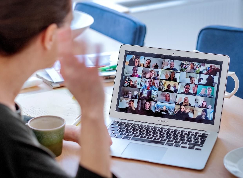 Maria Mos gebruikt Zoom als sociale media voor het verbinden in tijden van social distancing.  Niet alleen voor werk, maar ook voor de gezelligheid.