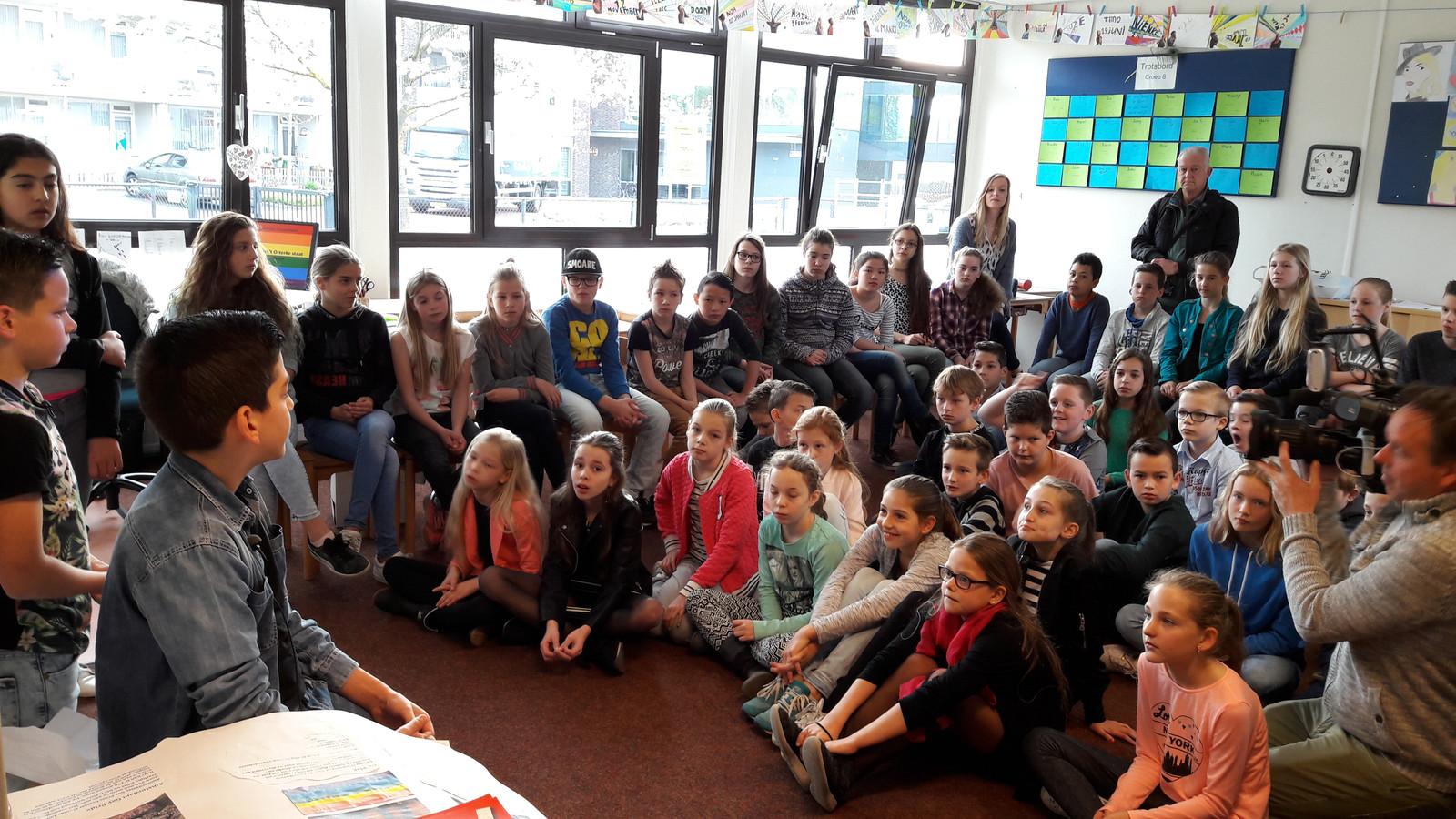 Het jeugdjournaal is in de klas bij basisschool 't Otterke in Beek en Donk