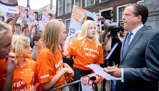 Kinderen demonstreren op het Binnenhof tegen uitzetting van twee Armeense klasgenoten die dreigen uitgezet te worden.