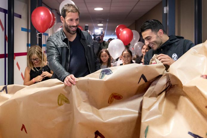 Ruud van Nistelrooij opent in oktober 2016 met de Marokkaans-Nederlandse straatvoetballer Soufiane Touzani  het kenniscentrum van de foundation in de Bossche Maaspoorthal.