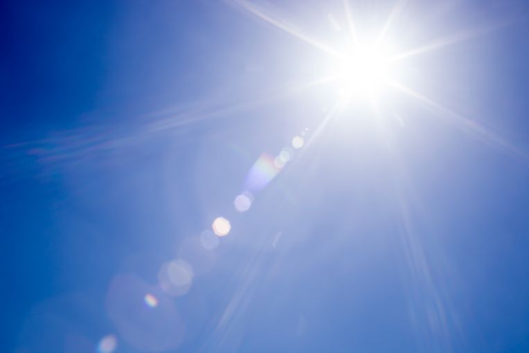 Lens flare sunlight and clear blue sky Droogte Beeld Getty Images