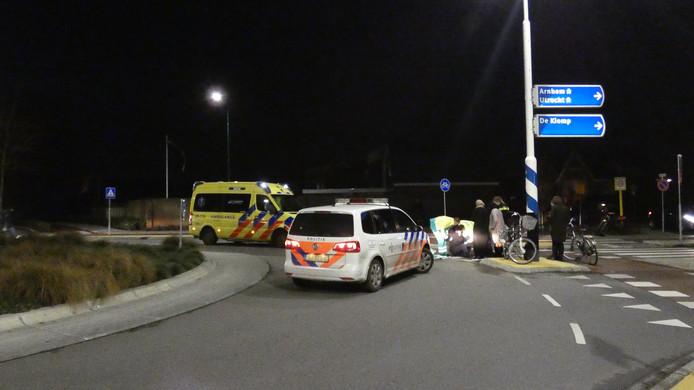 Op de rotonde aan de Prins Bernhardlaan in Veenendaal is een fietser gewond geraakt door een aanrijding met een auto.