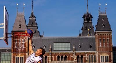 Basketballers vechten tussen de wietwalmen om aandacht op Museumplein