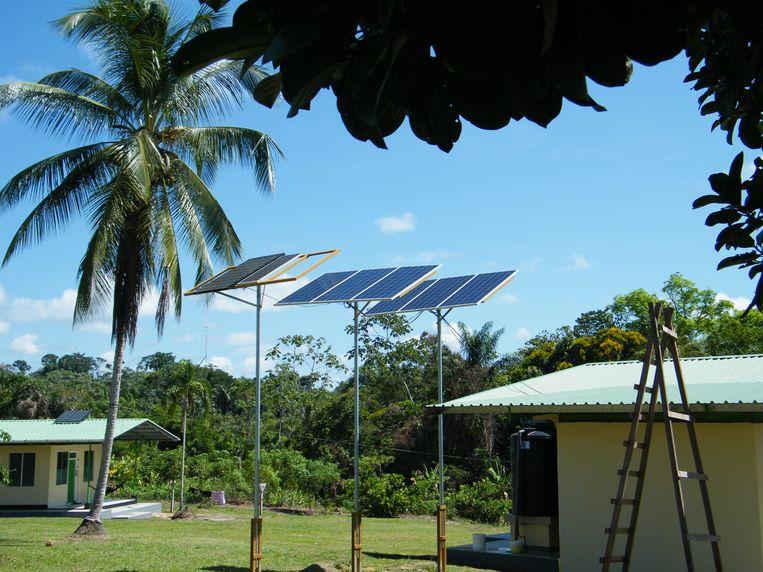 Stroom voor afgelegen gebieden, zoals hier in Suriname, komt steeds meer uit duurzame bronnen. Beeld Vincent Dekker