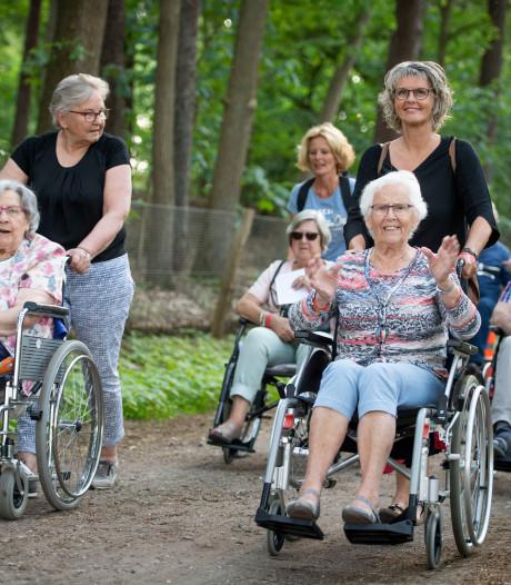 Ouderen uit Hellendoorn rijden en wandelen in groten getale de Wandelmeerdaagse