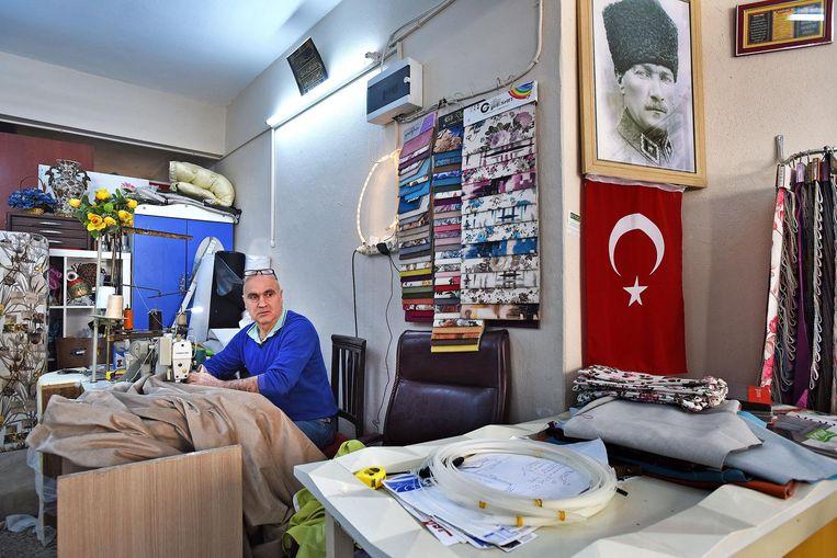 Sebawattin Galpen in zijn stoffeerderij annex meubelmakerij. Beeld Guus Dubbelman / de Volkskrant