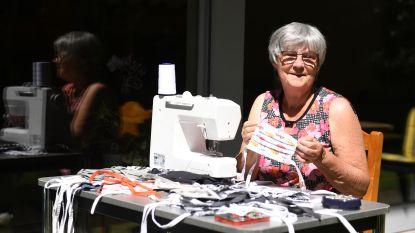 """Lieve De Valck (67) voorziet Keerbergen van de origineelste mondmaskers: """"Ik heb zelfs een speciale mannencollectie"""""""