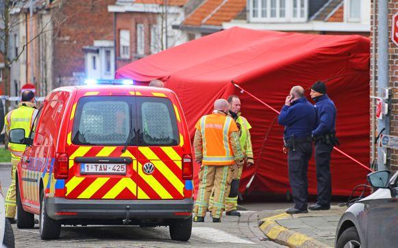 De brandweer plaatste een tent waarin het slachtoffer de eerste zorgen kreeg toegediend.
