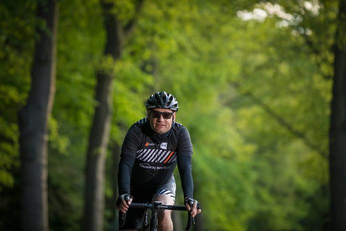 Journalist Caspar van Oirschot op zijn fiets.