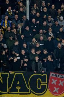Supporters roeren zich en wijzen op het grote belang van de wedstrijd NAC - FC Groningen