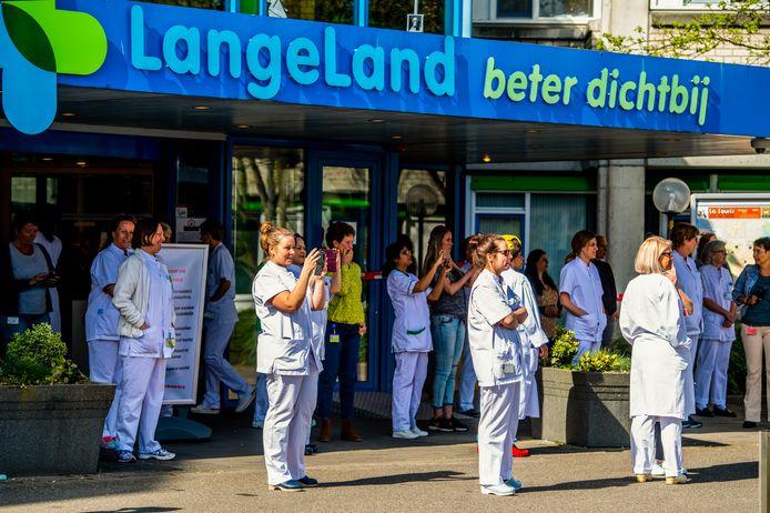 Het ziekenhuispersoneel komt verrast naar buiten voor de het eerbetoon van de hulpdiensten.