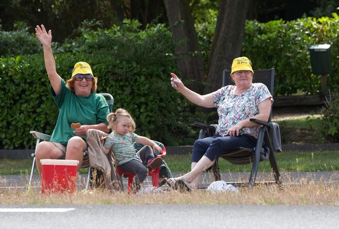 Al jaren bezoeken deze vriendinnen uit Breedenbroek en Terborg op vrijdag de Zwarte Cross. Het zwaaien naar de festival bezoekers  langs de route stond al lang op het de planning maar hetwas er nog niet van gekomen. Met koelbox en kleindochter namen deze dames op de route ter hoogte van Aalten