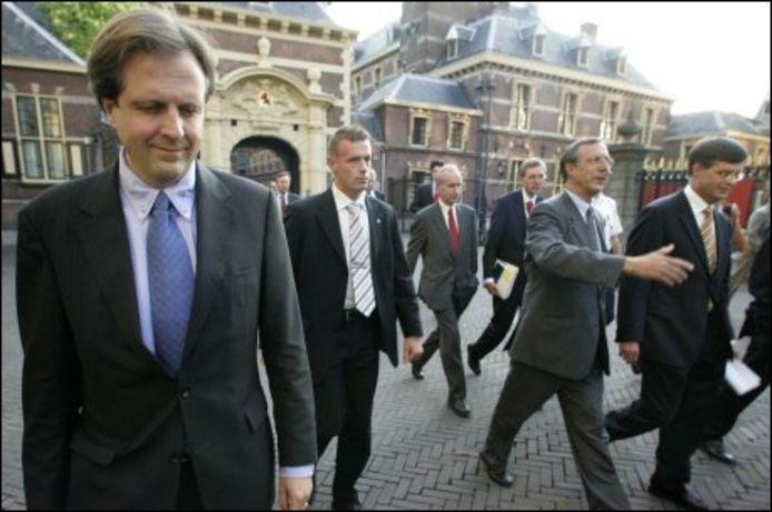 Minister Alexander Pechtold loopt na beraad in het torentje met premier Jan Peter Balkenende en minister Laurens Jan Brinkhorst naar de plenaire zaal om ontslag in te dienen. ANP PHOTO EVERT-JAN DANIELS