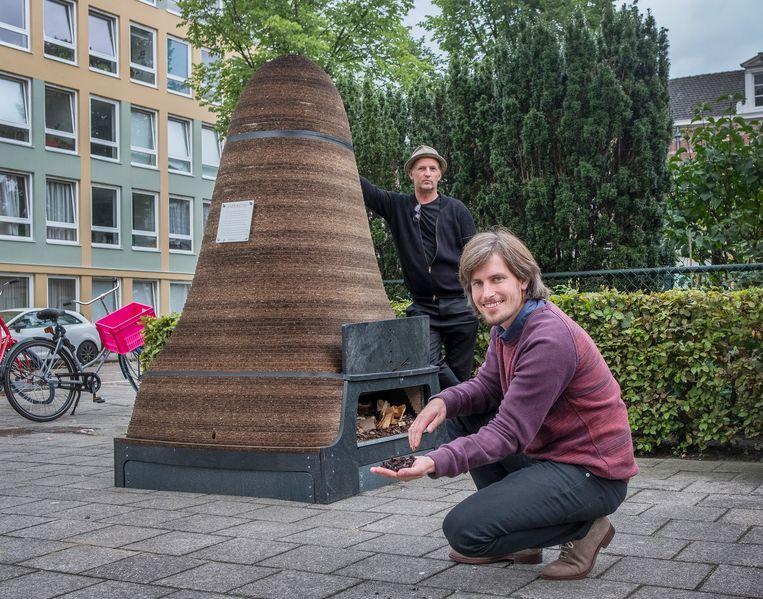 Arie van der Ziel (paarse trui) en Peter Jan Brouwer bij een wormenhotel. Beeld Patrick Post