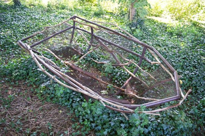 Chris Ros uit Brummen maakte een bootje van staal en werkte het af met materiaal dat ze in het bos vond. Uiteindelijk zal de hedera de boot overnemen. In de woorden van Chris Ros: 'het struikgewas sluipt geruisloos door de contouren. foto Paul Rapp
