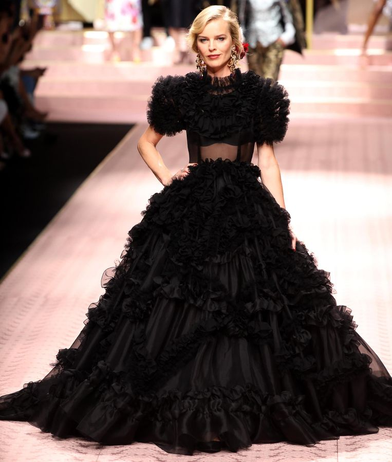Topmodel Eva Herzigova in een dramatische zwarte jurk.