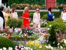 Terwijl Donald over Iran vergadert, struint Melania door een Franse bloementuin