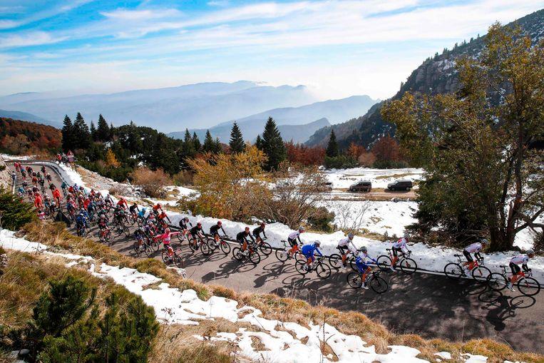 Het peloton tijdens de 17e etappe van de Giro d'Italia. Beeld AFP