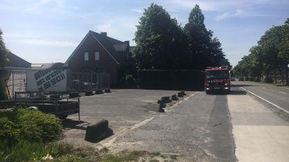 Transportwagentje vat vuur bij autobedrijf
