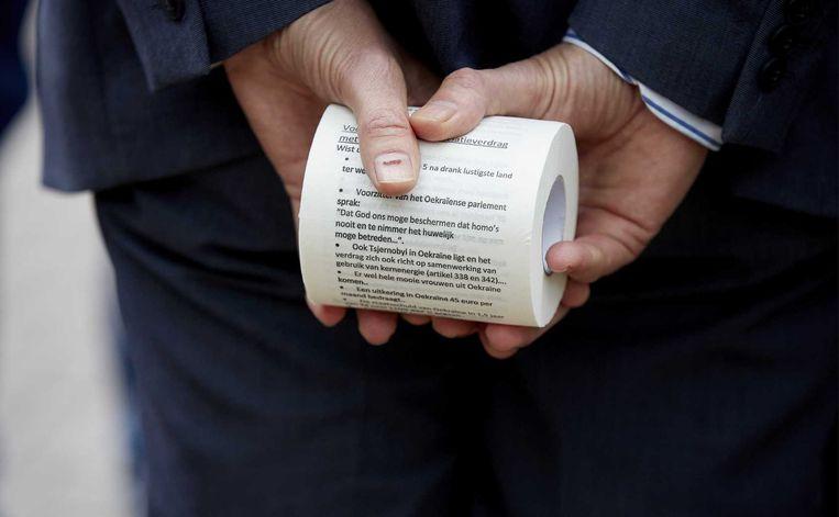 Een wc-rol die bedrukt is met teksten tegen het associatieverdrag. Beeld ANP