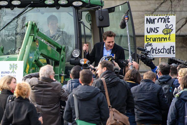 Ludwig Hartmann, parlementslid voor de Duitse groenen, spreekt de pers toe.  Beeld Matthias Balk/dpa