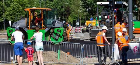 Ook in de zengende hitte wordt asfalt gelegd in Deventer