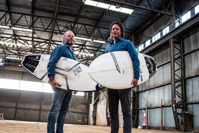 Jeroen den Otter en Joeri Fredriks (r) hopen tegen het einde van het jaar de eerste surfers te kunnen verwelkomen bij SurfPoel.