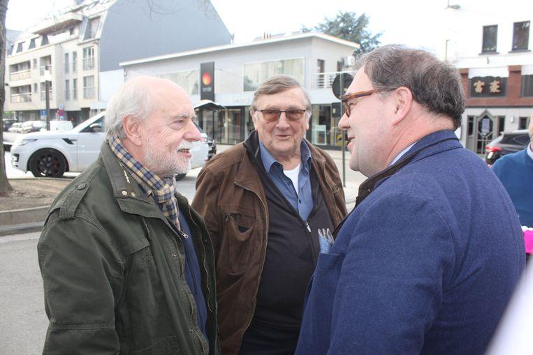 Burgemeester D'Haese verwelkomt Jaak Van Assche en Tuur De Weert.