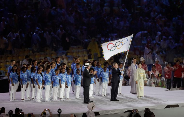 IOC-voorzitter Thomas Bach (met vlag) tijdens de opening van de Olympische Spelen van Rio de Janeiro Beeld AP