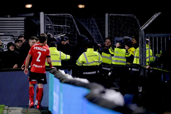 Agent gewond bij wedstrijd FC Eindhoven - Helmond Sport, wordt geraakt door voorwerp