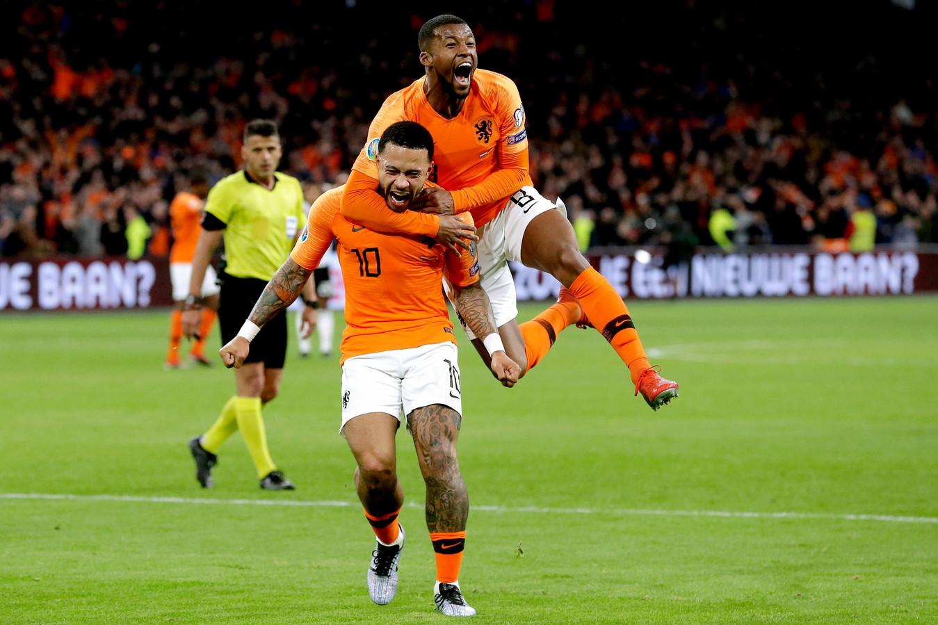 Memphis Depay en Georginio Wijnaldum na de 2-1 tegen Noord-Ierland.