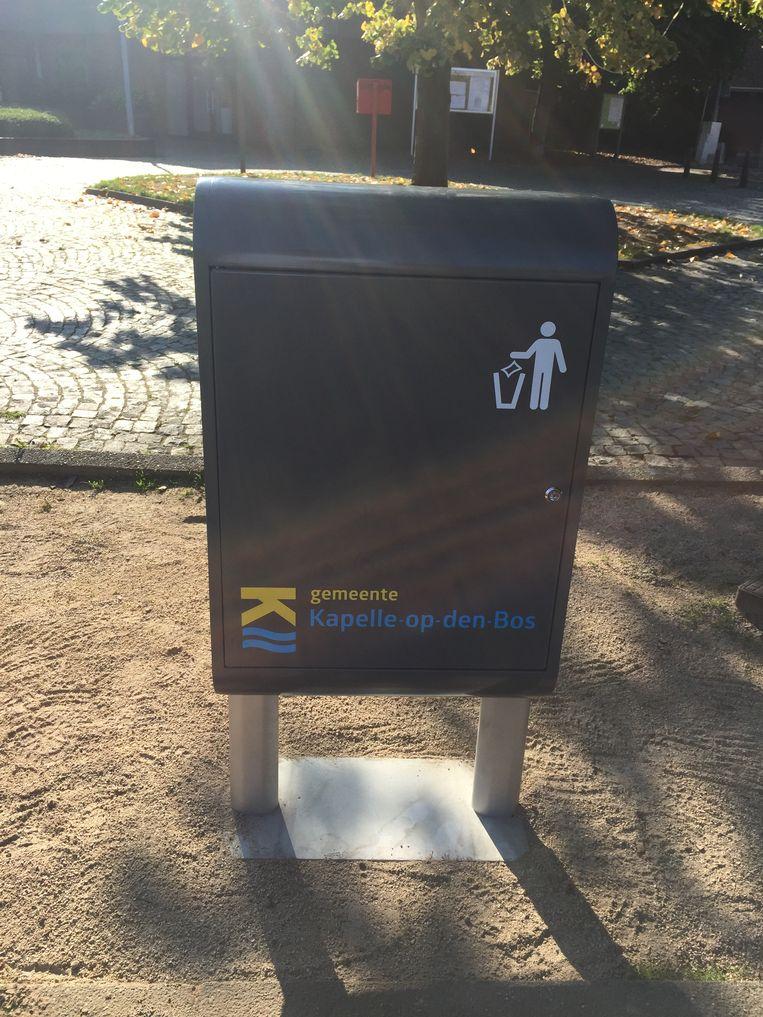 Zeven maanden na de goedkeuring op de gemeenteraad is een aannemer eindelijk gestart met het plaatsen van nieuwe en extra vuilbakjes.