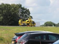 Traumahelikopter landt op A1 bij Rijssen na ongeluk: weg helemaal dicht