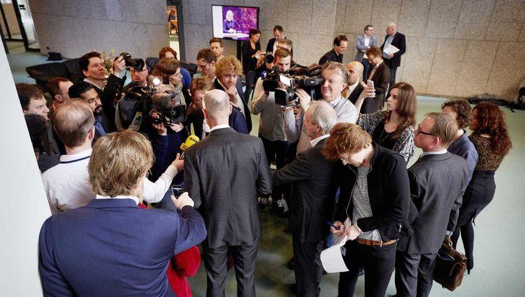 VVD-minister Stef Blok voor Wonen en Rijksdienst wordt ondervraagd door journalisten voor aanvang van het vragenuurtje in de Tweede Kamer. Blok neemt voorlopig de taken waar van de afgetreden bewindslieden van Veiligheid en Justitie, Ivo Opstelten en Fred Teeven. Beeld anp