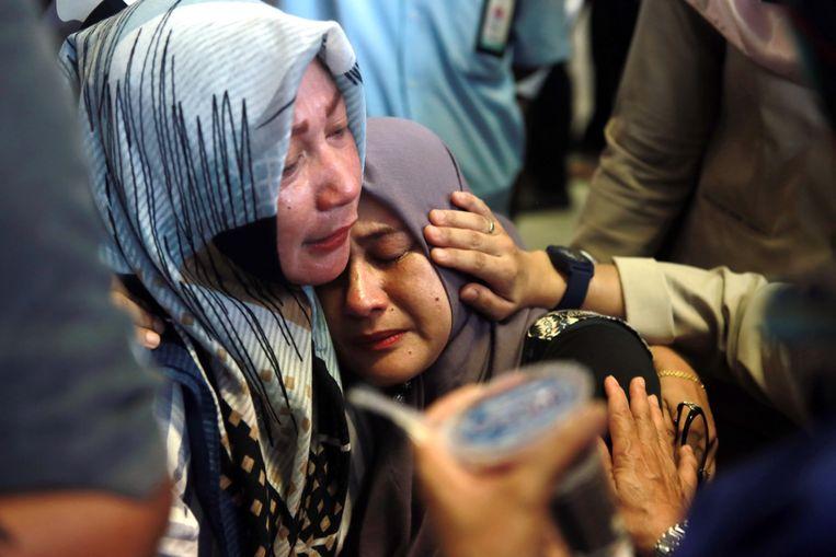 Familieleden van passagiers van het verongelukte vliegtuig wachten op de luchthaven op nieuws. Beeld EPA