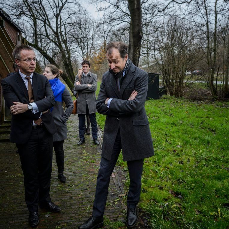 Eric Wiebes, de nieuwe minister van Economische Zaken, brengt een kennismakingsbezoek aan het aardbevingsgebied. Links staat commissaris van de koning René Paas.  Beeld Hollandse Hoogte / Kees van de Veen