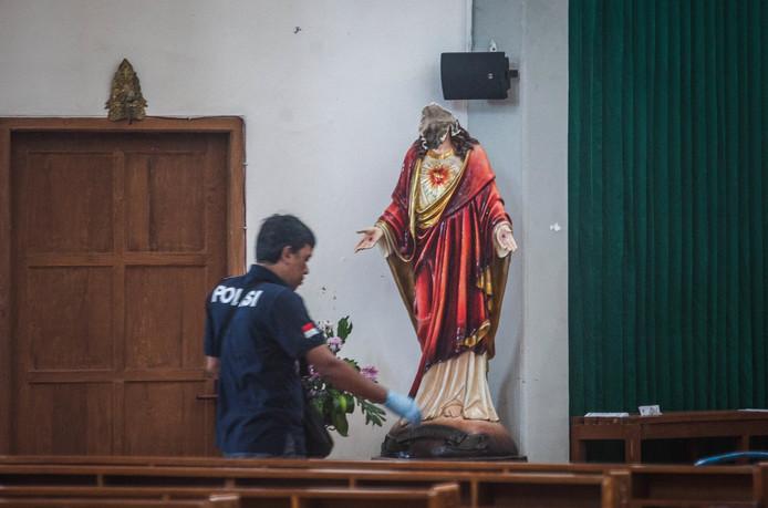 Een man heeft met een zwaard heeft tijdens een kerkdienst in Sleman, in de Indonesische provincie Yogyakarta, vier mensen verwond. Ook onthoofde de dader enkele beelden in de kerk. Een van de gewonden in de kerk is een 81-jarige Duitse geestelijke. Foto Koko